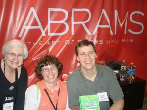 Elizabeth and Vicky With Jeff Kinnet At BEA 2009